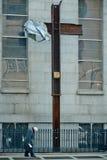 28 03 2007, USA, New York: Ältere Menschen, Obdachloser gehen nahe bei Lizenzfreie Stockfotos