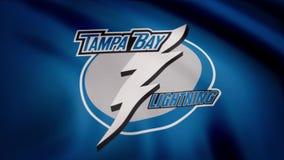 USA - NEW YORK, 12 Augusti 2018: Vinkande flagga med logo för Tampa Bay LightningNHL-hockeylag Närbild av den vinkande flaggan me stock illustrationer