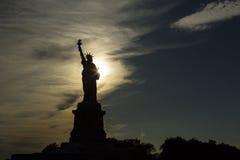 USA, New York, New York City, Schattenbild des Freiheitsstatuen bei Sonnenuntergang Lizenzfreies Stockbild