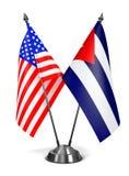 USA och Kuba - miniatyrflaggor Arkivfoton