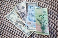 USA och mexicanska pengar Arkivfoto