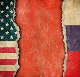 USA och ryska sönderrivna pappersflaggor Avbrott av diplomatisk förbindelse Arkivbilder