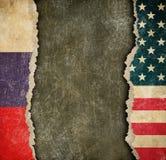 USA och ryska sönderrivna pappersflaggor Avbrott av diplomatisk förbindelse Arkivfoton