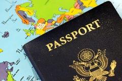 USA pass med världskartan Arkivfoto