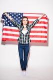 USA patriotism Ung kvinna med USA-flaggan i händer Fotografering för Bildbyråer