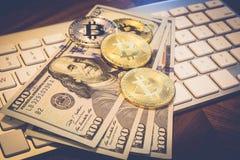 USA-pengar och cryptocurrency guld- Bitcoin på keybord Royaltyfri Bild