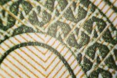 USA pengar under ett mikroskop delvist ut ur fokusen, fokuspunkt på mitt Fotografering för Bildbyråer