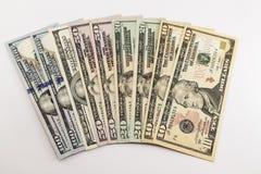 USA pieniądze amerykańscy dolarowi rachunki rozprzestrzeniają na białym tle zdjęcie stock