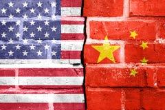 USA Porcelanowy Handlowy spór - Polityczny pojęcie Na Łamanym ściana z cegieł zdjęcie stock
