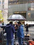 USA-Präsidentschaftswahl 2016, Fernsehreporter vor Trumpf-Turm, NYC, USA lizenzfreies stockbild