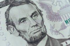 USA-presidenten Abraham Lincoln vänder mot på makro för räkning för dollar fem Arkivfoto