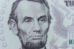 USA-presidenten Abraham Lincoln vänder mot på makro för räkningen för dollar fem, 5 u Arkivbild