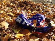 USA presidentval 2016, trumfgårdtecken som bort kastas och klumpa ihop sig upp i vägen Arkivbilder