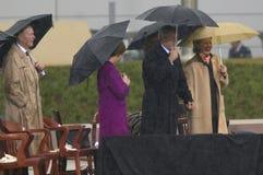 USA Prezydent George W Bush trzyma ręki z poprzednią USA Pierwszy damą i prąd USA Sen Hillary Clinton, D- NY na scenie podczas g Obrazy Royalty Free