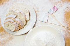 Usa Rosja i flaga zaznaczamy na stole spangled z pszeniczną mąką obraz royalty free