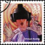 USA - 2000: shower Man genom att använda virtuell verklighetleken, serie firar århundradet, 90-tal Royaltyfri Fotografi