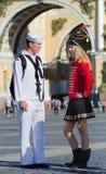 USA-sjömannen möter den ryska kvinnan arkivfoto