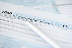 USA-skattform och penna royaltyfri fotografi