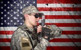USA soldat med vapnet Fotografering för Bildbyråer