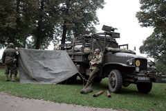 USA-soldater nära Nijmegen brige Arkivfoton