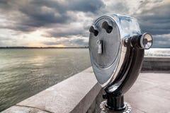 USA som är ny - ärmlös tröja, mynt fungerade kikare på Ellis Island Royaltyfri Fotografi