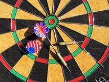 USA und England in einem Spiel der Pfeile Stockfotos