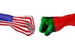 USA und Portugal-Flagge Konzeptkampf, Geschäftswettbewerb, Konflikt oder Sportereignisse Lizenzfreies Stockfoto