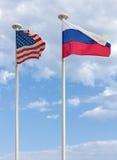 USA und russische Flaggen Stockbild
