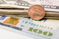 USA-valuta med en dollar mynt Arkivfoton