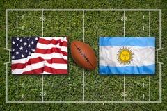 USA vs Argentina flaggor på rugbyfält royaltyfria foton