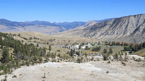 USA Wyoming: Landskap - Mammoth Hot Springs/by Royaltyfri Bild