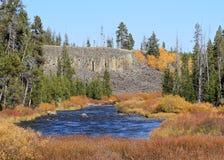 USA Wyoming/Yellowstone: Autumn Landscape - Gardner River med den Sheepeater klippan Royaltyfri Bild