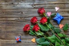 Usado fondo de madera con las rosas provenidas Imagenes de archivo