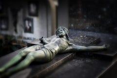 Crucifijo en un sepulcro viejo Imagenes de archivo