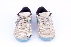 Usados zapatos futsal viejos de los deportes en el fondo blanco aislado Imágenes de archivo libres de regalías