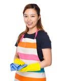 Usage asiatique de femme au foyer avec les gants et le chiffon en plastique Photos stock
