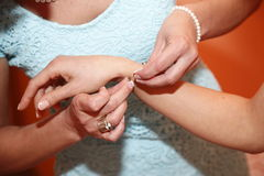 Usage d'aide les bracelets Photos libres de droits