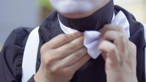 Usage de pantomime un noeud papillon banque de vidéos