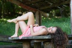 Usage mignon de dame une jolie robe d'été photo libre de droits