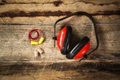 Usage protecteur d'oreille de construction images stock