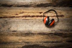Usage protecteur d'oreille de construction photo stock
