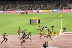Usain Bolt que acciona a la meta para ganar 200 metros de título en los campeonatos Pekín 2015 del mundo de IAAF fotografía de archivo libre de regalías