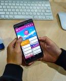 usando apps móveis do smartphone para registrar um voo imagens de stock royalty free