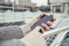 Usando ciudad del smartphone Fotografía de archivo libre de regalías