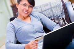Usando de la tarjeta de crédito para la transacción en línea Imagen de archivo libre de regalías