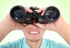 Usando dell'uomo binoculare Fotografia Stock Libera da Diritti