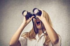 Usando della donna binocolo Fotografia Stock