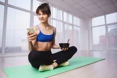 Usando a dietista pessoal, app esperto do planejador da dieta imagens de stock royalty free