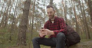 Usando el App en el bosque metrajes