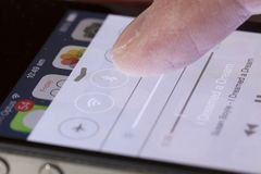 Usando el centro de control en un iPhone Fotos de archivo libres de regalías